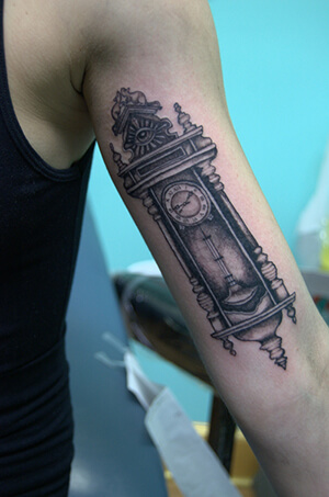 grandfather clock face tattoo. grandfatherclockarmtattoodesigns grandfather clock face tattoo